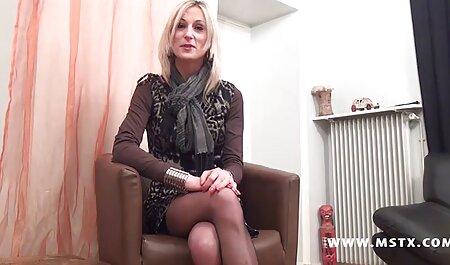 Schlampe in zerrissenen Jeans auf deutschsprachige sexvideo dem Küchentisch gefickt