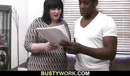 Unterwürfige blonde Frau mit partnertauschsexfilme verbundenen Augen geteilt und dominiert